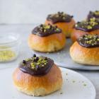 Fastelavnsboller med vaniljecreme, remonce og chokoladeganache