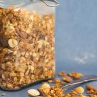 Granola med peanutbutter, nødder og chokolade