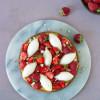 Karamelkage med jordbær og kærnemælksmousse