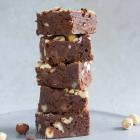 Mørk brownie med hasselnødder og mælkechokolade