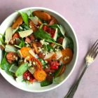 Spinat salat med perlebyg, bagte grøntsager og chorizo