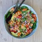 Spinatsalat med peberfrugtpesto og bulgur