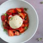 Karamel is og marinerede jordbær med lime og mynte