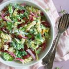 Retro pastasalat med karrydressing, broccoli og syltede rødløg