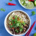 Vietnamesisk Pho suppe med oksekød og svampe